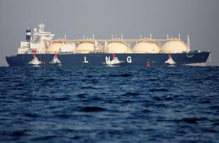 일본 도쿄 인근 해역에 있는 LNG운반선<이미지출처:연합뉴스>
