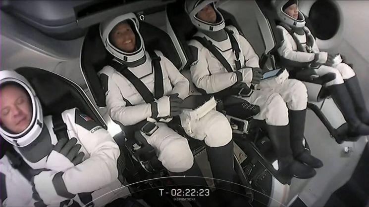 지난 15일(현지시간) 미국 플로리다주 케이프커내버럴의 케네디 우주센터에서 발사 대기 중인 미 우주 탐사 기업 스페이스X의 우주선 캡슐 '크루 드래건'에 타고 있는 민간인 우주 관광단의 모습 (케네디 우주센터 AFP=연합뉴스)