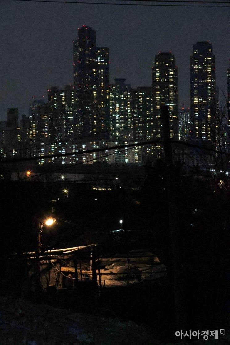서울 강남권 구룡마을과 휘황찬란한 고층 아파트가 대비를 이루고 있다. /문호남 기자 munonam@