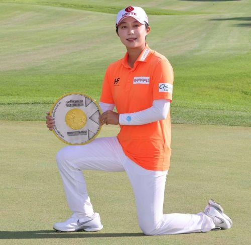 김효주가 박세리인비테이셔널 우승 직후 트로피를 들고 기념 촬영을 하고 있다. 사진제공=KLPGA