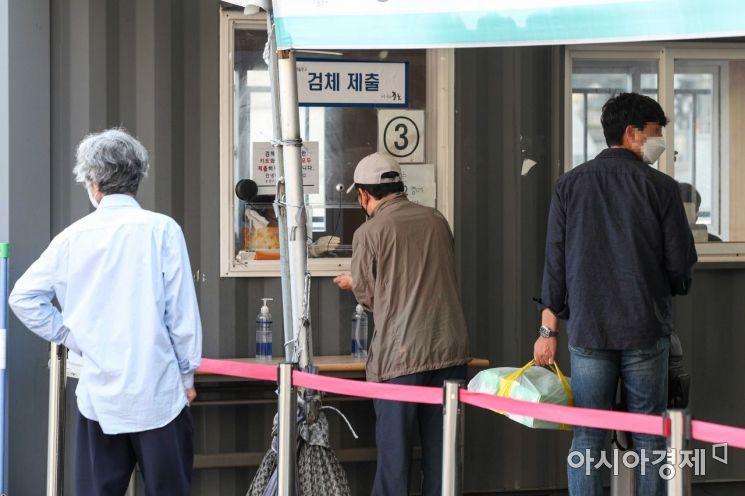 추석 연휴 마지막날인 22일 서울역 광장에 마련된 임시선별검사소를 찾은 귀성객 및 시민들이 검사를 받고 있다./강진형 기자aymsdream@