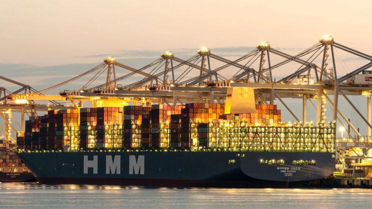 네덜란드 로테르담항에서 화물을 선적하고 있는 2만4000TEU급 컨테이너선 'HMM 그단스크(Gdansk)'호.