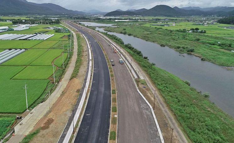 경주IC~터미널을 잇는 강변로 개설 공사가 공정률 80%를 보이는 가운데, 11월 말 개통을 앞둔 강변로 모습.