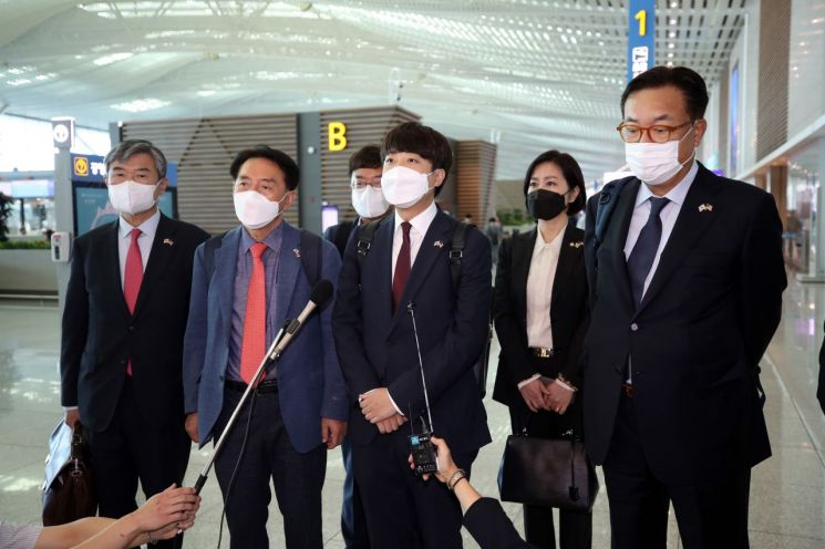 이준석 국민의힘 대표가 22일 오전 인천국제공항에서 미국으로 출국하기에 앞서 인터뷰하고 있다. (사진제공=연합뉴스)
