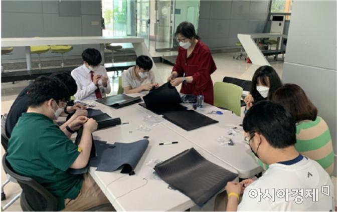 도담도담 마을학교에서 공예활동으로 청소년들에게 방과 후 활동을 진행하고 있다.