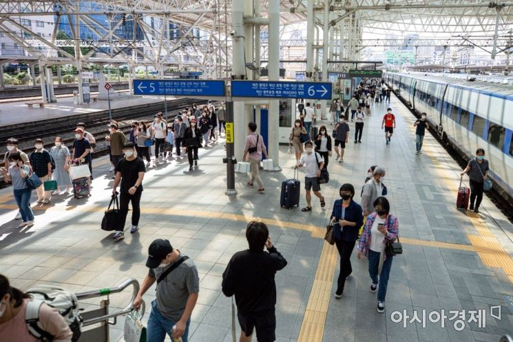 추석 연휴 마지막날인 22일 서울역에서 귀성객들이 열차에 내린 뒤 이동하고 있다./강진형 기자aymsdream@