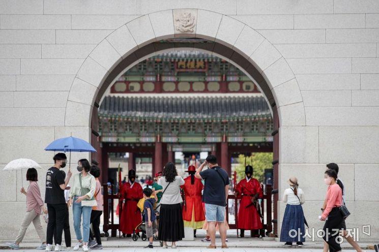 [포토]연휴 마지막 날 경복궁 찾은 시민들