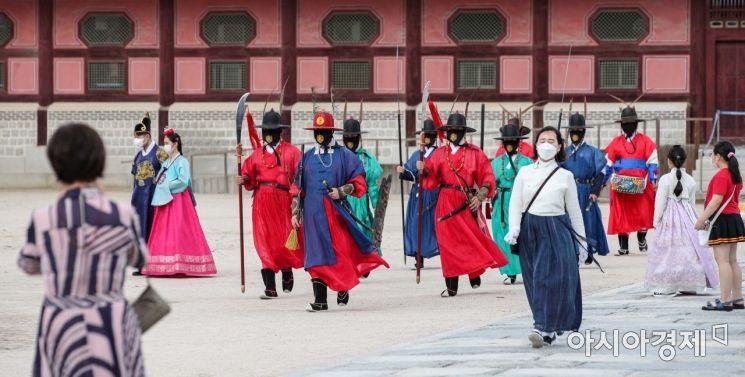[포토]경복궁 수문장 보는 관람객들