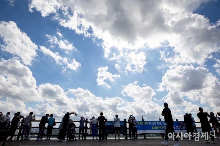 추석 연휴 마지막날인 22일 서울 마포구 하늘공원을 찾은 시민들이 하늘에 펼쳐진 구름을 보며 가을의 정취를 만끽하고 있다./강진형 기자aymsdream@