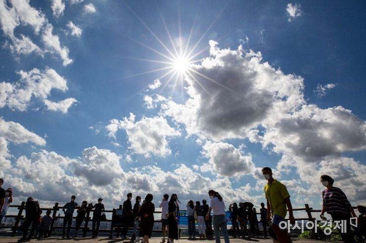[포토]가을 하늘 만끽하는 시민들