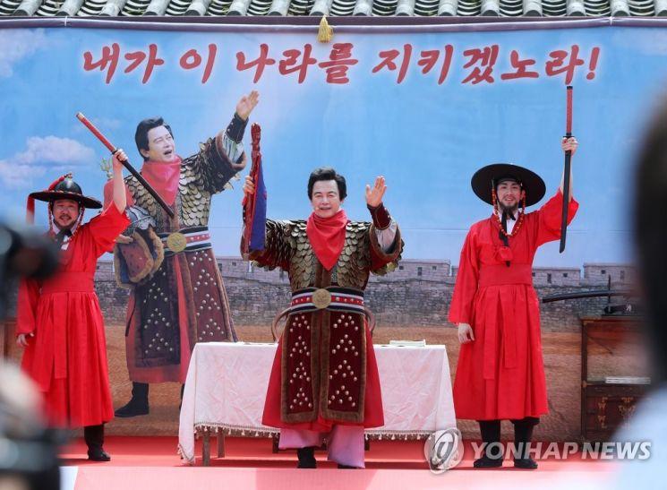 허 대표가 지난달 18일 경기도 고양시 행주산성 대첩문 앞에서 대선 출정식을 진행하고 있다. / 사진=연합뉴스