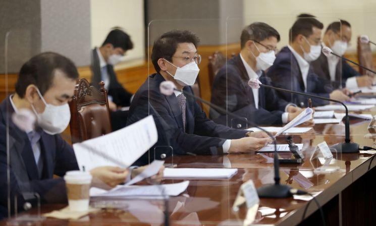 이억원 기획재정부 제1차관(왼쪽 두 번째)이 23일 서울 중구 은행회관에서 열린 거시경제 금융회의에서 발언하고 있다. 2021.9.23 [이미지출처=연합뉴스]
