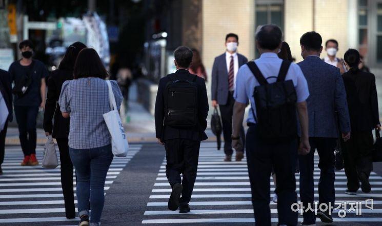 추석 연휴를 지내고 첫 출근일인 23일 서울 광화문 거리에서 일상으로 돌아온 시민들이 출근길 발걸음을 재촉하고 있다./김현민 기자 kimhyun81@