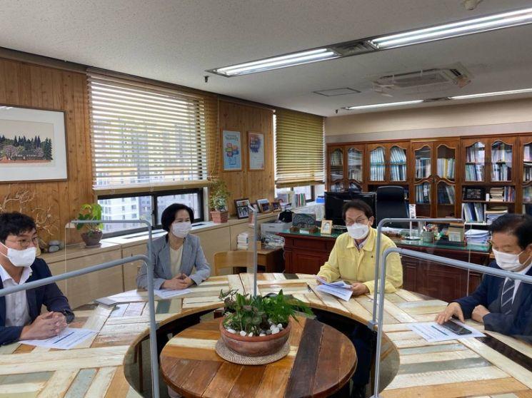 김수영 양천구청장이 지난 6일 조희연 서울시 교육감을 만나 그린스마트 미래학교 관련 주민들의 의견을 전달하고 있다.