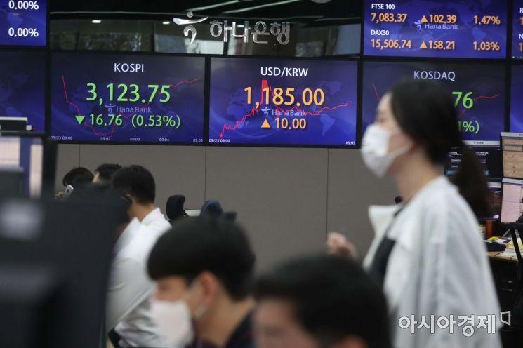 23일 서울 중구 명동 하나은행 본점에서 직원들이 근무하고 있다.