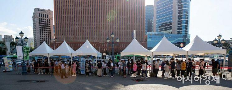 코로나19 신규 확진자가 1716명 발생하며 사흘연속 1700명대를 이어가고 있는 23일 서울역 광장에 마련된 임시선별검사소를 찾은 시민들이 검사를 받기 위해 대기하고 있다./강진형 기자aymsdream@