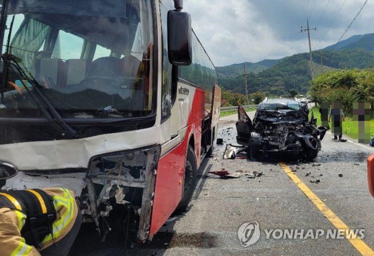 지난 21일 낮 12시 19분쯤 전남 화순군 사평면 왕복 2차로 국도에서 모하비 차량이 중앙선을 넘어 마주 오던 아반떼 승용차와 시외버스를 연달아 들이받았다. 이 사고로 모하비 운전자(30)가 숨졌고, 동승자가 중상읍 입었으며 버스 승객 등 15명은 가벼운 부상을 당했다.