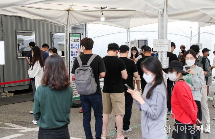코로나19 신규 확진자가 1716명 발생하며 사흘연속 1700명대를 이어가고 있는 23일 서울 서대문구 신촌역에 마련된 임시선별검사소를 찾은 시민들이 검사를 받기 위해 대기하고 있다./강진형 기자aymsdream@