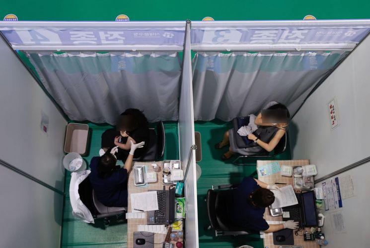 23일 서울 서대문구 북아현문화체육센터에 마련된 코로나19 백신접종센터를 찾은 시민들이 백신 접종을 하고 있다. [이미지출처=연합뉴스]