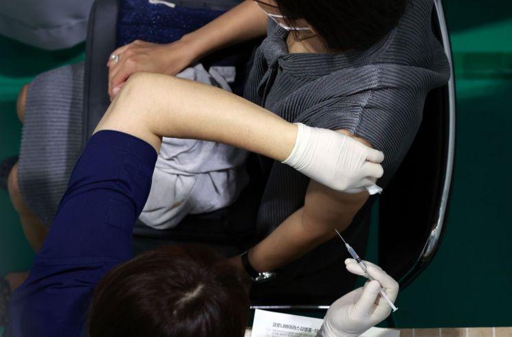 지난 23일 서울 서대문구 북아현문화체육센터에 마련된 코로나19 백신접종센터를 찾은 시민들이 백신 접종을 하고 있다. [이미지출처=연합뉴스]