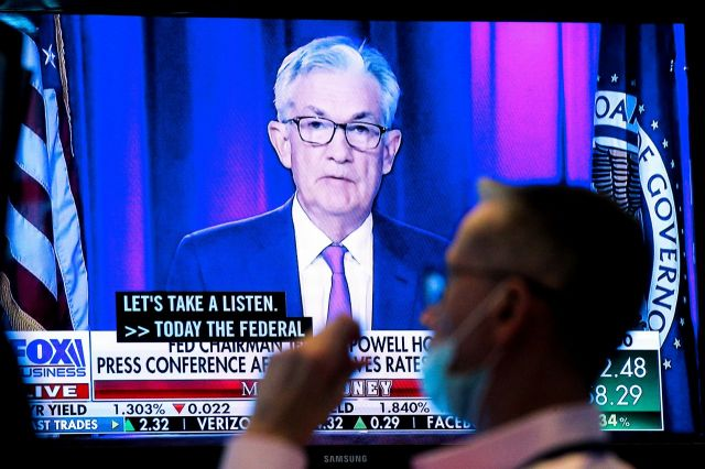 뉴욕증권거래소 직원이 제롬 파월 Fed 의장의 기자회견을 TV로 지켜보고 있다. [이미지출처=로이터연합뉴스]