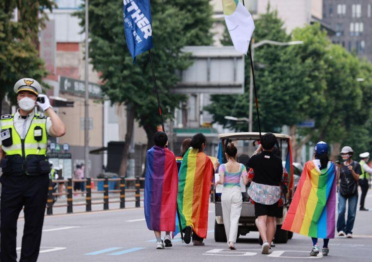 지난 6월27일 오후 서울 중구 남대문시장 인근에서 '퀴어 퍼레이드' 참가자들이 행진하고 있다./사진=연합뉴스