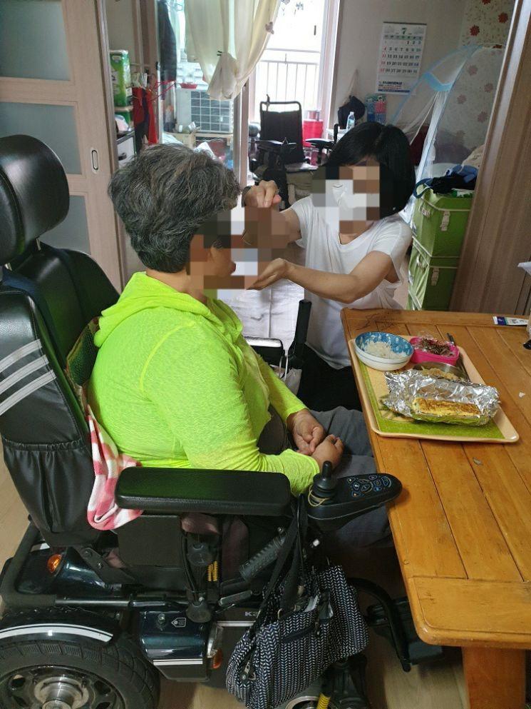장애인활동지원사업 서비스 모습. [이미지출처=진주시]