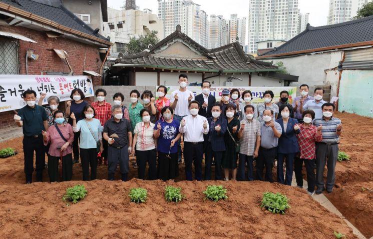 광주 동구(청장 임택)가 동명동(동계로 9번 길)에서 골목 텃밭 가꾸기를 위한 모종 정식 행사를 개최했다. 사진=광주 동구청