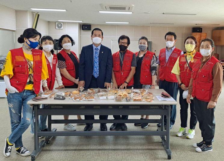 광주광역시 남구의회 박용화 의원은 23일 사직동에서 자원봉사 캠프지기들(임영아 회장)과 함께 어려운 이웃에게 후원 물품을 전달하는 봉사활동에 함께했다.