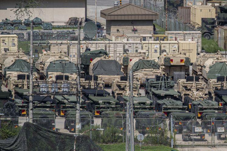 지난달 5일 경기도 동두천 주한미군 캠프 케이시에서 미군 자주포와 차량이 대기하고 있다. (사진제공=연합뉴스)