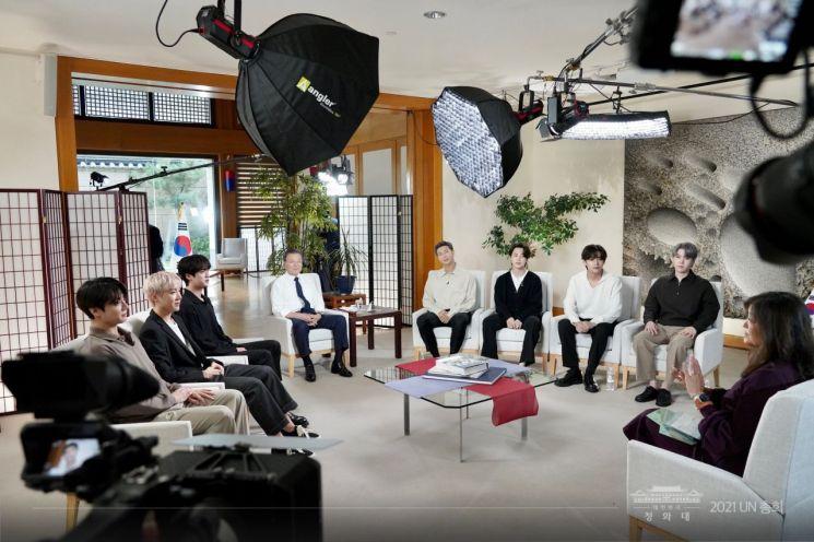 방탄소년단이_ABC 방송과 인터뷰하는 모습.