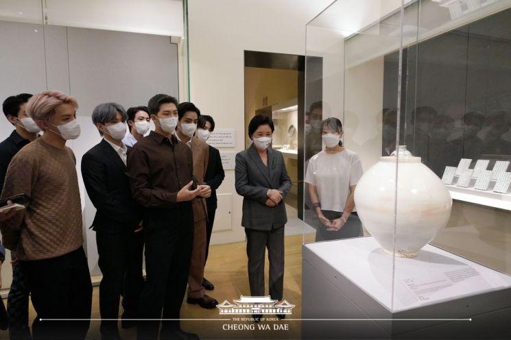 방탄소년단이_뉴욕 메트로폴리탄 미술관 한국실을 둘러보고 있다.