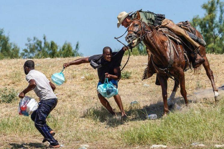 아이티 난민에 채찍 휘두르는 미 기마순찰대 [사진출처=AFP]