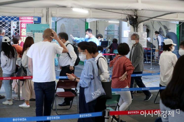 추석 연휴가 끝나고 코로나19 확진자가 폭증하고 있는 24일 서울 용산구보건소 선별진료소가 검사를 받으려는 시민들로 북적이고 있다. /문호남 기자 munonam@