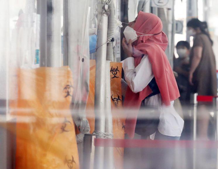추석 연휴 이후 코로나19가 재확산 조짐을 보여 방역당국에 비상이 걸렸다. 지난 22일 서울역 광장 임시 선별검사소에서 히잡을 쓴 외국인들이 검사를 받고 있다. [이미지출처=연합뉴스]