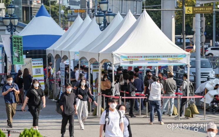코로나19 신규확진자가 2434명 발생하며 코로나19 사태 이후 국내 최다치를 기록한 24일 서울역 광장에 마련된 임시선별검사소를 찾은 시민들이 검사를 받기 위해 대기하고 있다./강진형 기자aymsdream@