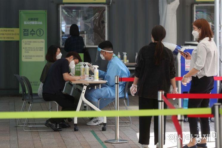 24일 서울시청 앞 임시 선별검사소가 시민들로 북적이고 있다.  /문호남 기자 munonam@