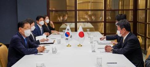 정의용 외교부 장관이 23일 미국 뉴욕에서 모테기 도시미쓰 일본 외무상과 양자 회담을 하고 있다. [이미지출처=연합뉴스]