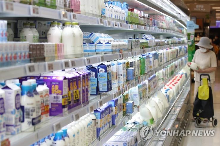 서울의 한 대형마트에서 시민이 우유를 고르고 있다./사진=연합뉴스