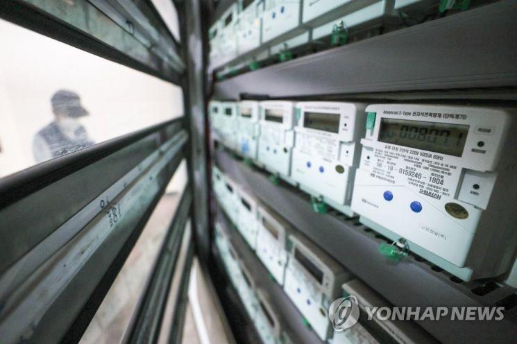 서울의 한 아파트에 전기계량기가 설치돼있다. 23일 정부와 한국전력이 약 8년 만에 전기 요금을 인상하기로 하면서 가계 부담이 가중될 전망이다./사진=연합뉴스