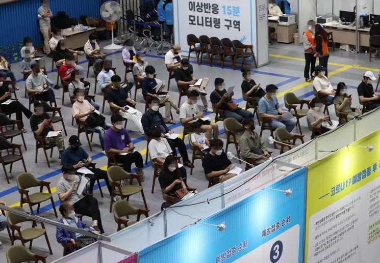 24일 서울 마포구민체육센터에 마련된 코로나19 예방접종센터에서 시민들이 백신을 접종한 뒤 이상반응 모니터링을 하며 대기하고 있다. [이미지출처=연합뉴스]