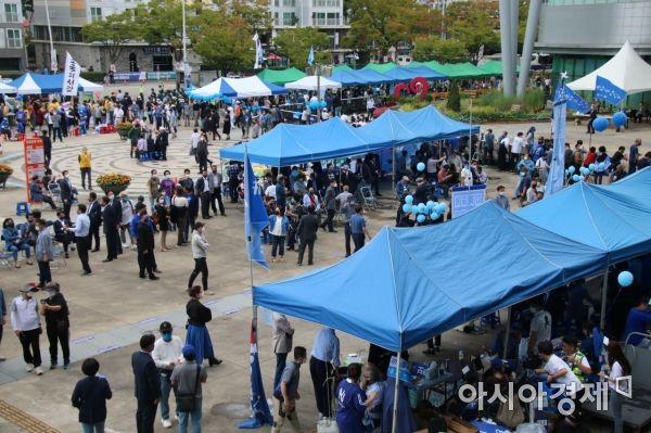 더불어민주당 대선 후보 호남지역 경선 첫날인 25일 오후 광주광역시 김대중센터 앞에 각 후보의 지지자들이 열띤 응원전을 펼치고 있다.