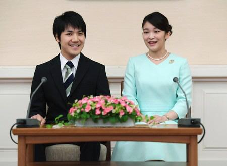 2017년 9월 3일 마코 공주와 고무로 게이가 약혼 기자회견을 열고 있다. [사진=궁내청 홈페이지 캡처]