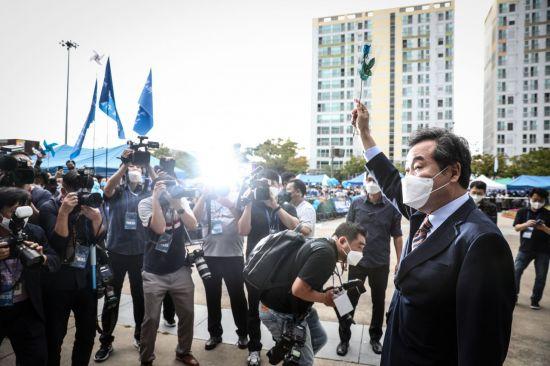 이낙연 더불어민주당 대선 후보가 25일 광주·전남 경선이 열린 광주광역시 김대중컨벤션센터에서 지지자들에게 손을 흔들고 있다.