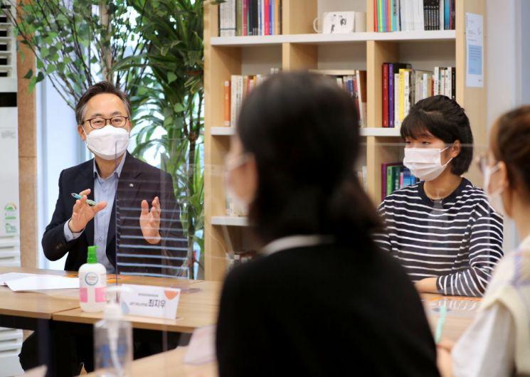 금천구 청소년총선거 당선자 간담회에서 유성훈 금천구청장(사진 왼쪽)이 청소년의회 의원들과 이야기를 나누는 모습