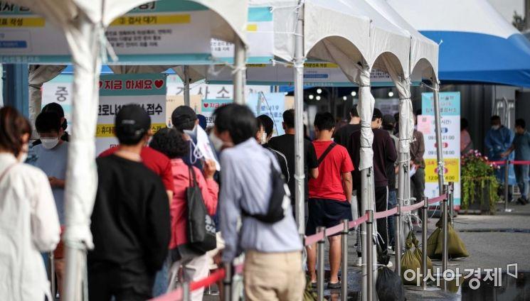 코로나19 신규 확진자가 2771명 발생한 26일 서울역 광장에 마련된 임시선별검사소를 찾은 시민들이 검사를 받기 위해 대기하고 있다./강진형 기자aymsdream@