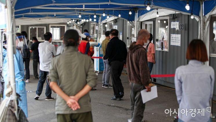[포토]코로나19 검사 받는 시민들
