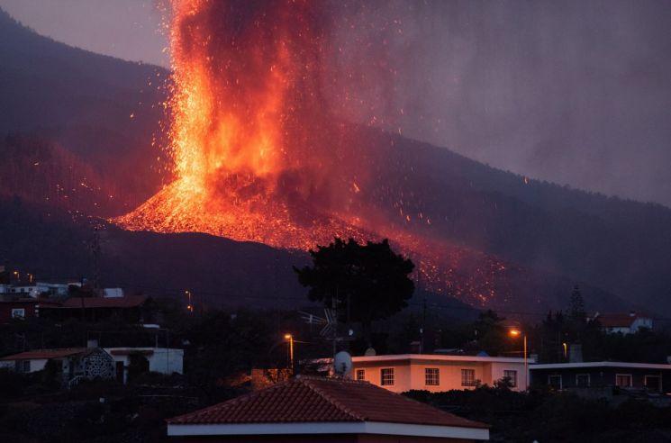 22일(현지시간) 북아프리카 서쪽 스페인령 카나리아 제도 라팔마섬의 쿰브레 비에하 화산에서 용암과 연기가 치솟고 있다. [이미지출처=연합뉴스]