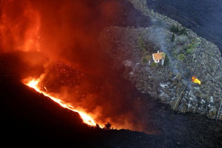 스페인령 카나리아제도 라팔마섬의 화산 폭발로 용암이 사방에 뒤덮인 가운데서도 상태를 보전한 주택의 모습. [이미지출처=연합뉴스]