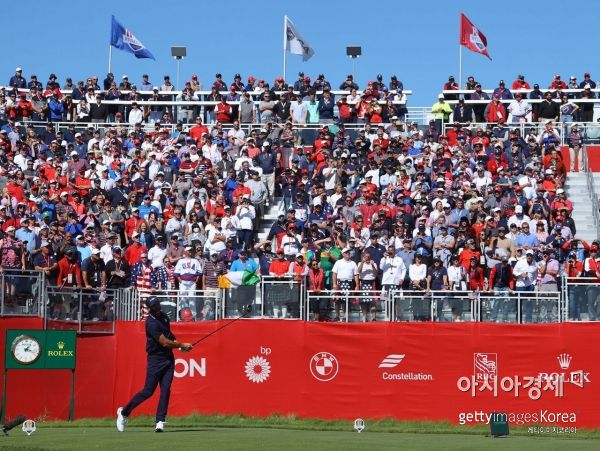 더스틴 존슨이 라이더컵 둘째날 오후 포볼경기 도중 1번홀에서 티 샷하고 있다. 헤이븐(미국)=Getty images/멀티비츠